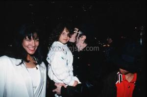 Michael ölében Lily Chandler, mellette balra June Chandler, jobbra pedig Jordan