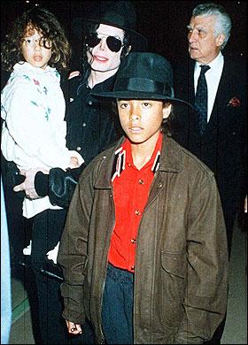 Michael Jackson Jordan Chandlerrel (elöl) és Jordan (anyai ágú) húgával 1993-ban Monacóban (a képen nem látszik, de a gyerekek anyja, June is ott volt)