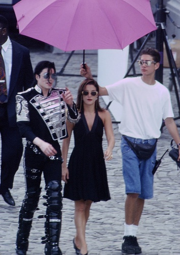 Michael Jackson, Lisa Marie Presley és James Safechuck 1994-ben Budapesten